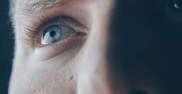 Olho de homem em foco olhando para o alto