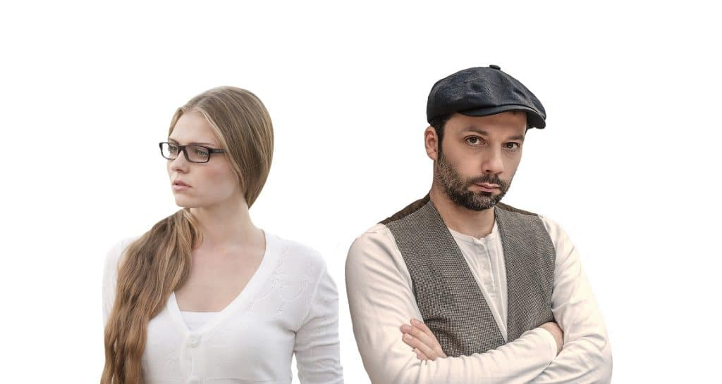 Casal de homem e mulher brigados. Eles estão discutindo a relação. Ambos estão com a cara amarrada.