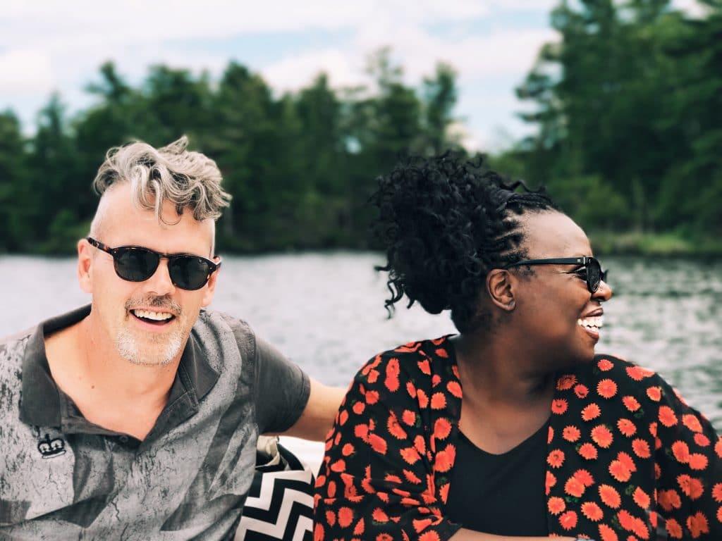 Casal feliz em um bote no lago