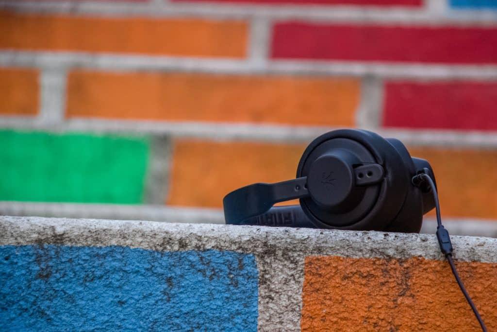 Fone de ouvido em cima de um muro colorido