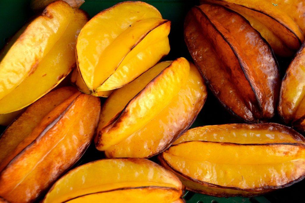 Imagem da fruta carambola bem madurinha e amarelinha.