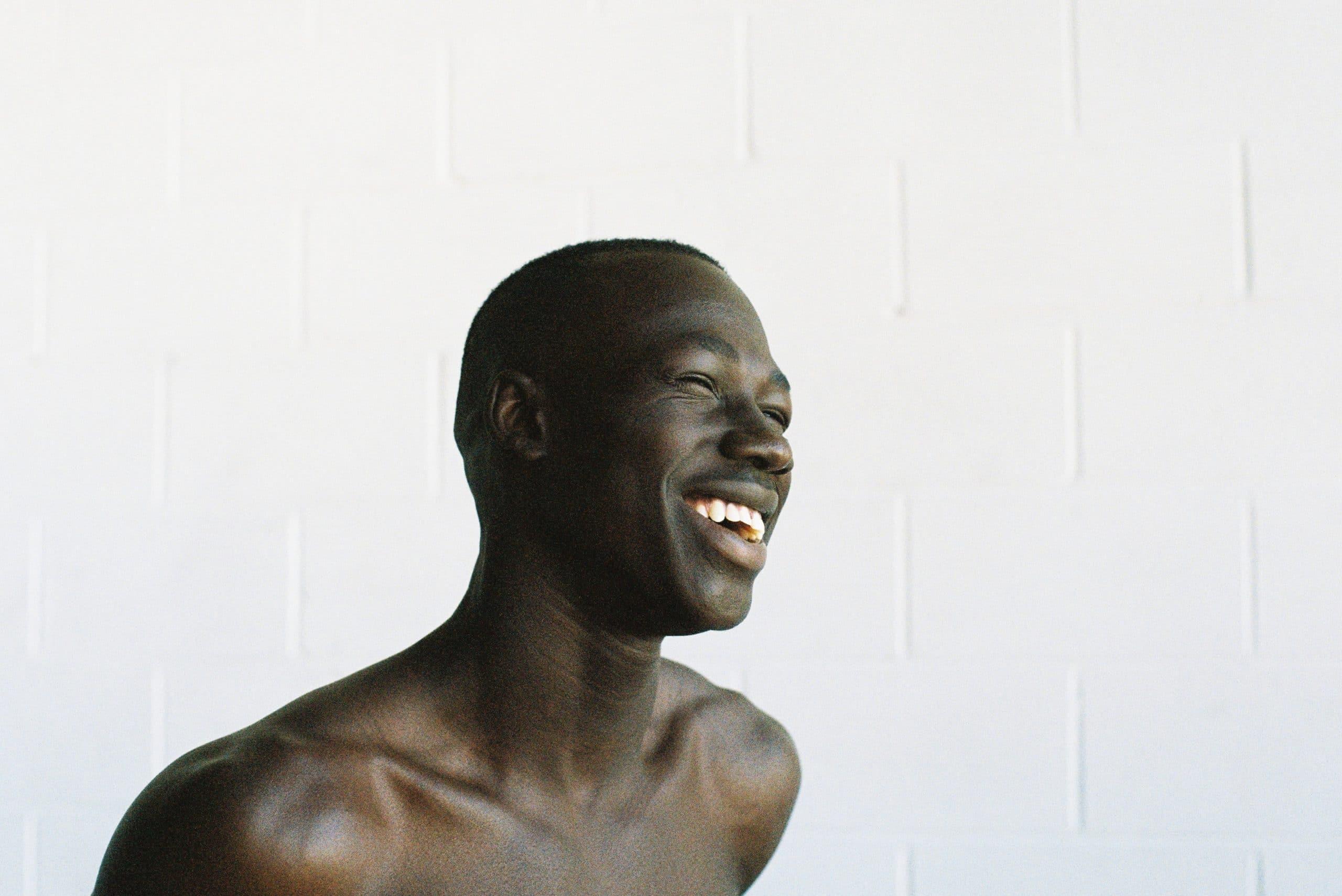 Homem sorrindo.