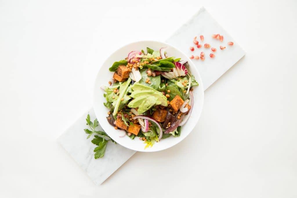 Prato de salada em cima de uma mesa
