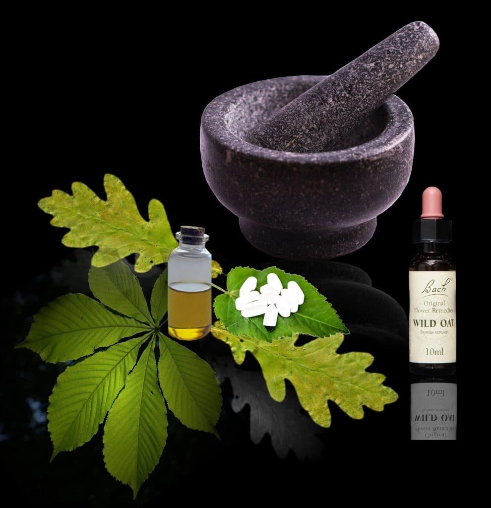 Produção de um remédio homeopático feito à base de eucalipto. Temos um pote de masseração, folhagens do eucalipto e um vidro conta gotas com o remédio pronto.