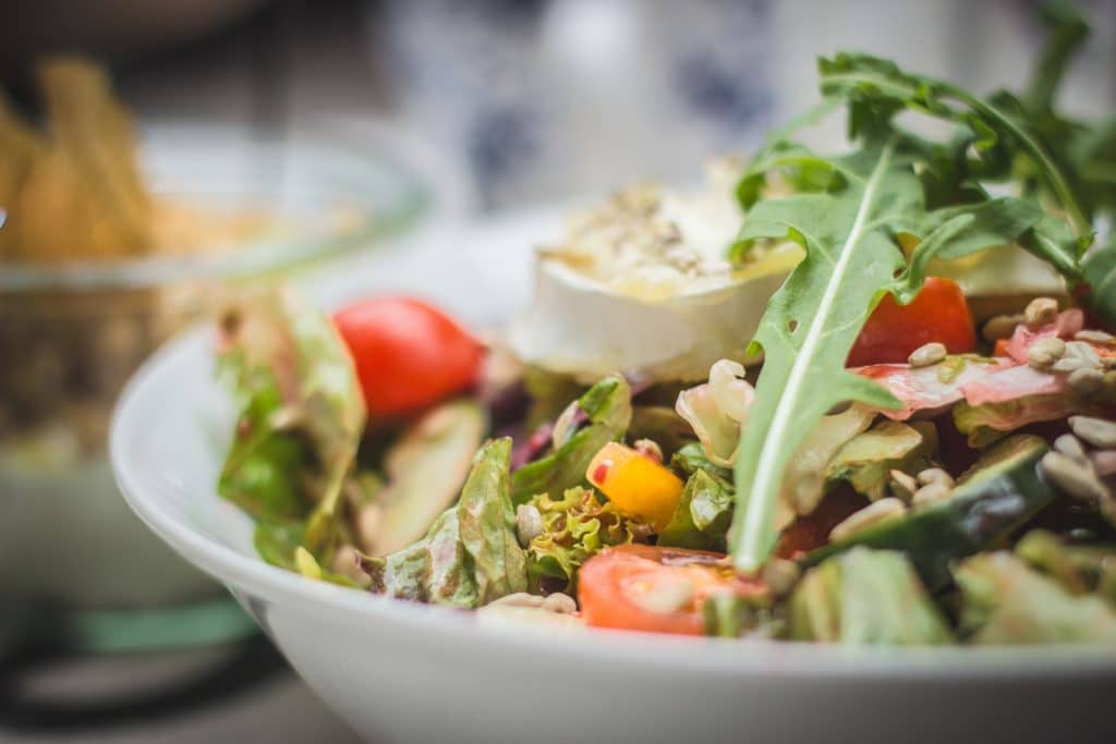 Prato com saladas variadas