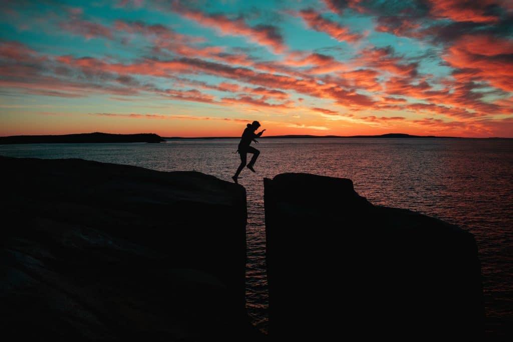 Silhueta de homem pulando.