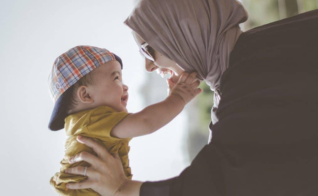 Mulher segurando bebê