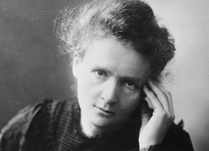 Fotografia de Marie Curie, com a mão segurando a cabeça.