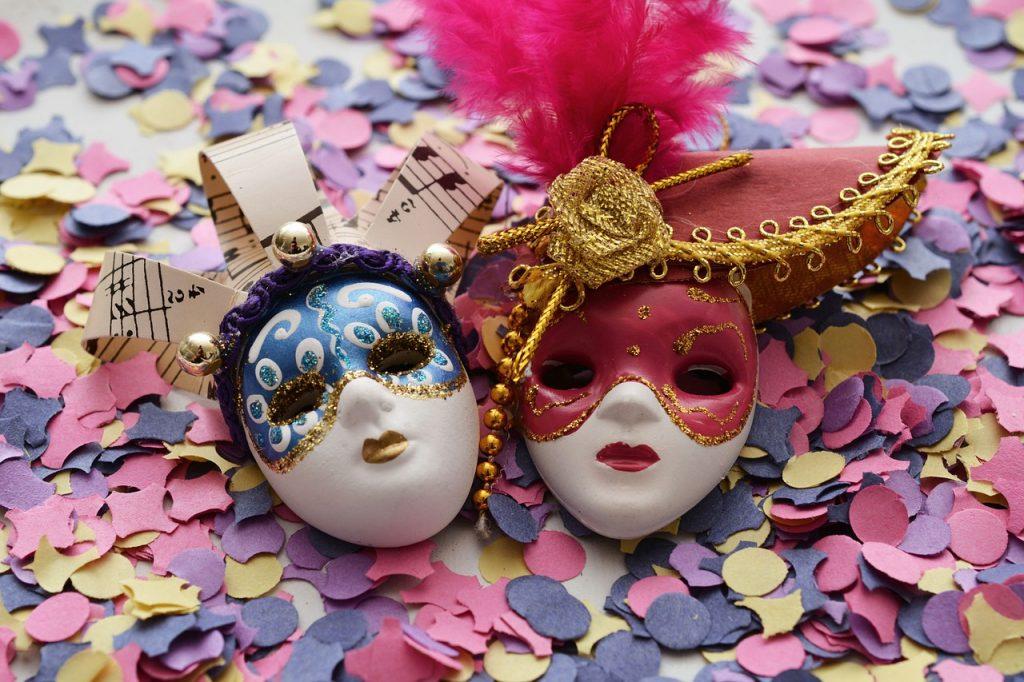 Duas máscaras de carnaval.
