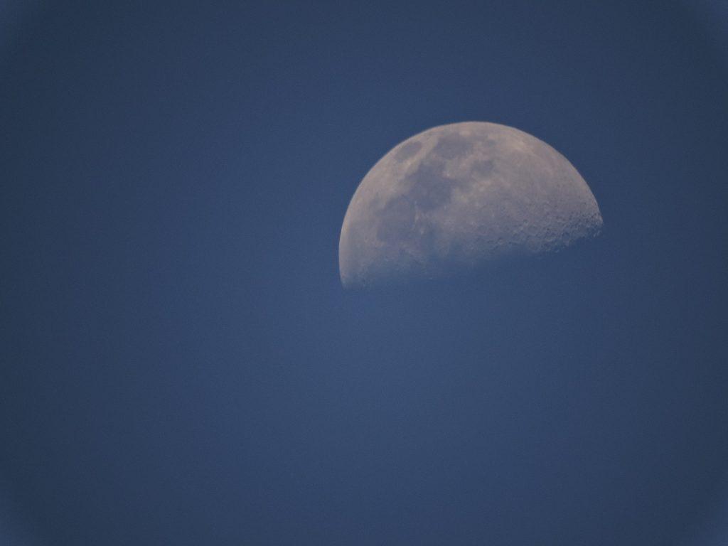 Imagem da lua minguante no céu.