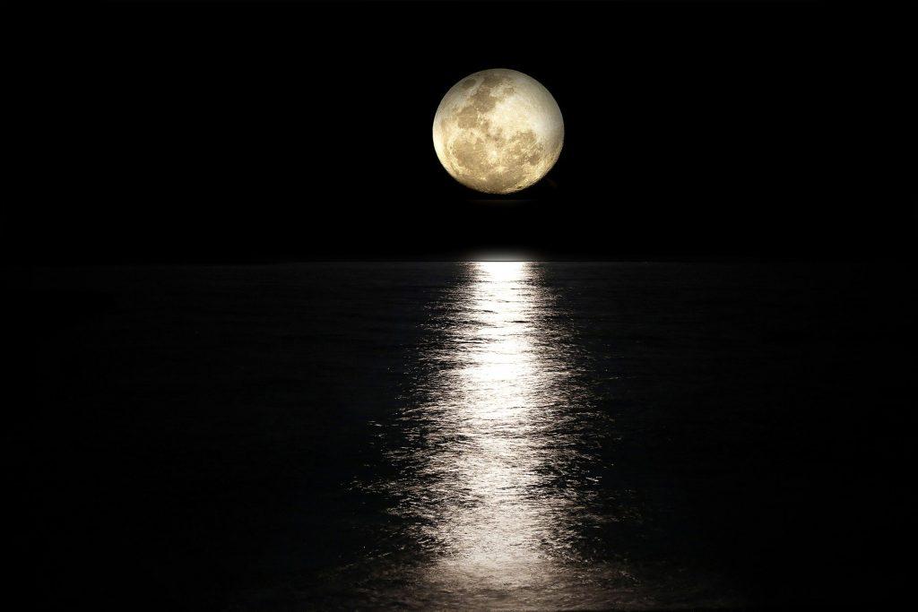 Imagem da Lua Cheia em alto mar.
