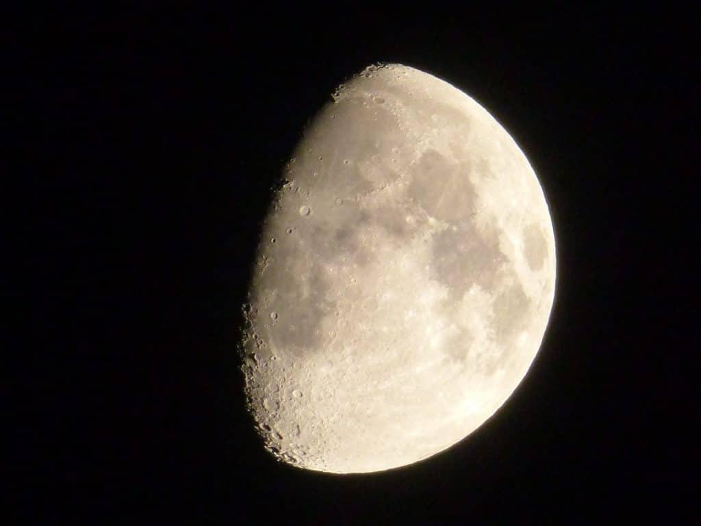 Imagem da lua minguante vista à noite.