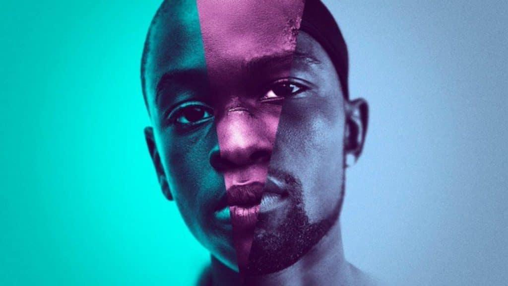 """Pôster do filme """"Moonlight"""" (2016), em que o protagonista se divide entre as fases de criança, jovem e adulto, cada uma representada por uma cor diferente."""