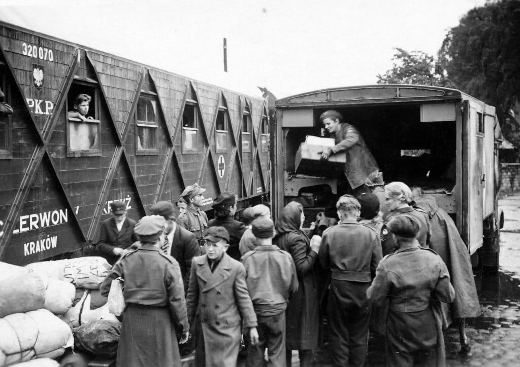 Pessoas buscando mantimentos no caminhão no período da guerra