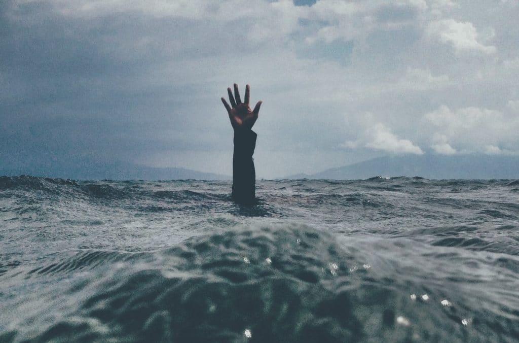 Mão saindo do mar