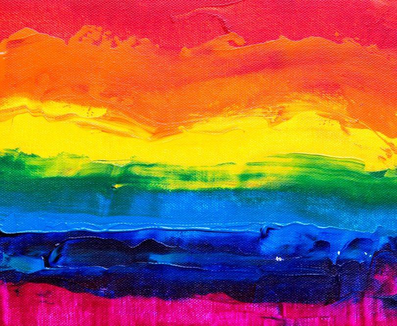 Faixas de tinta coloridas sobre um quadro.