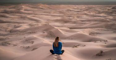 Mulher meditando.