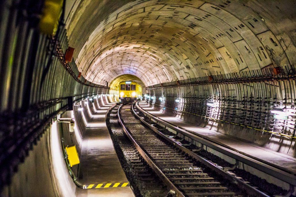 Trem passando por um túnel.