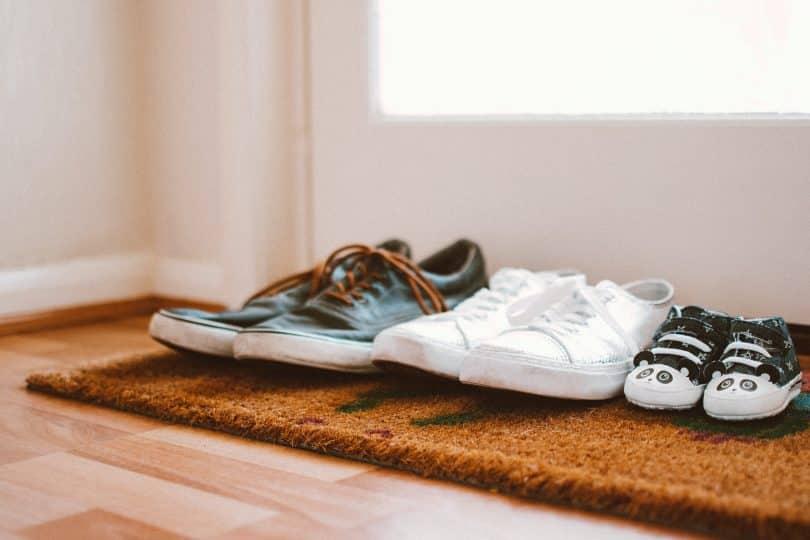 Dois sapatos de adultos e um de criança