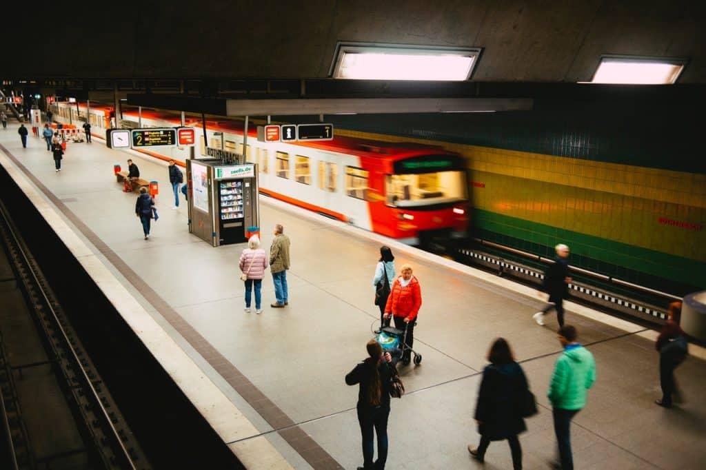 Várias pessoas andando na estação de trem.