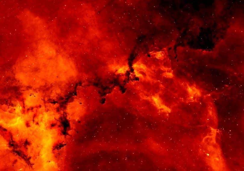 Nuvens vermelhas com pontos brilhantes.