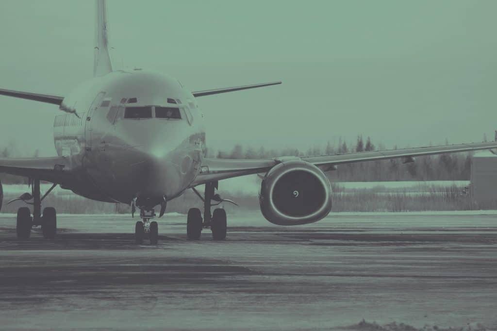 Avião pousado na pista de decolagem.