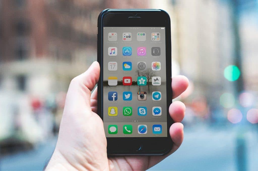 Mão segurando Smartphone desbloqueado