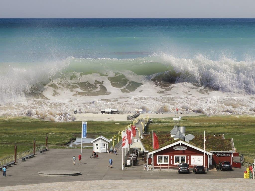 Tsunami atingindo uma cidade.
