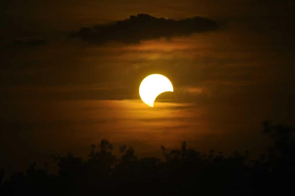 Imagem de um Eclipse.