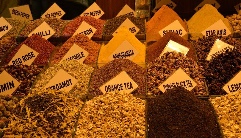 Uma diversidade de ervas para chás curar a gripe.
