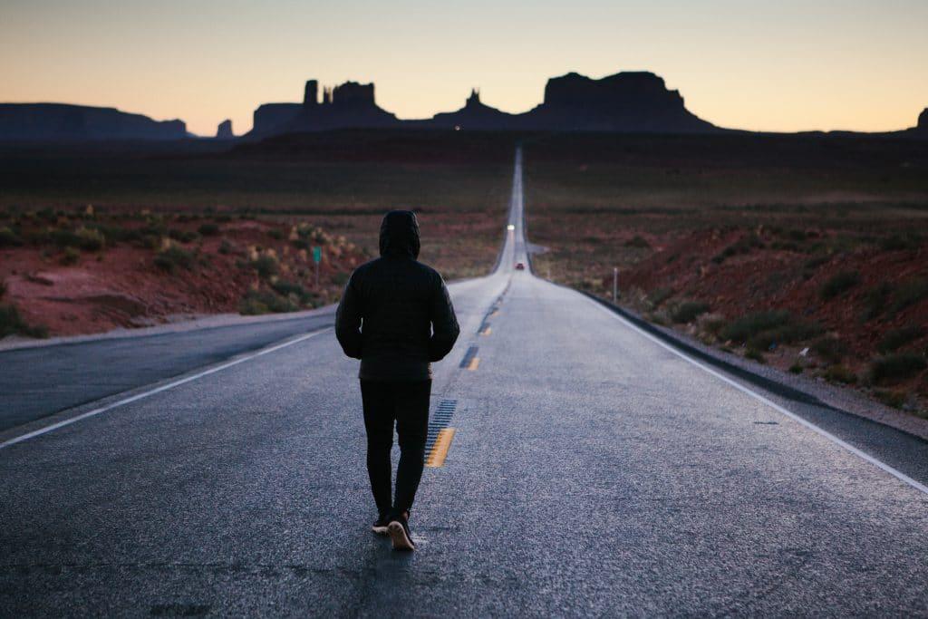 Homem andando em uma estrada