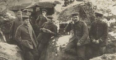 Soldados da guerra sentados em rochas
