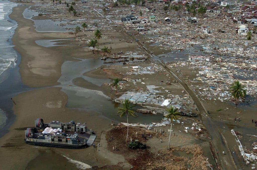 Cidade devastada por conta de um tsunami.