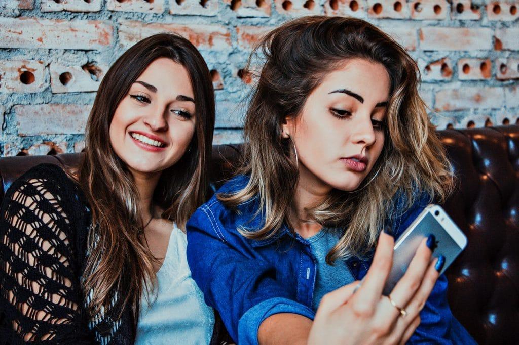 Amigas tirando selfie em celular