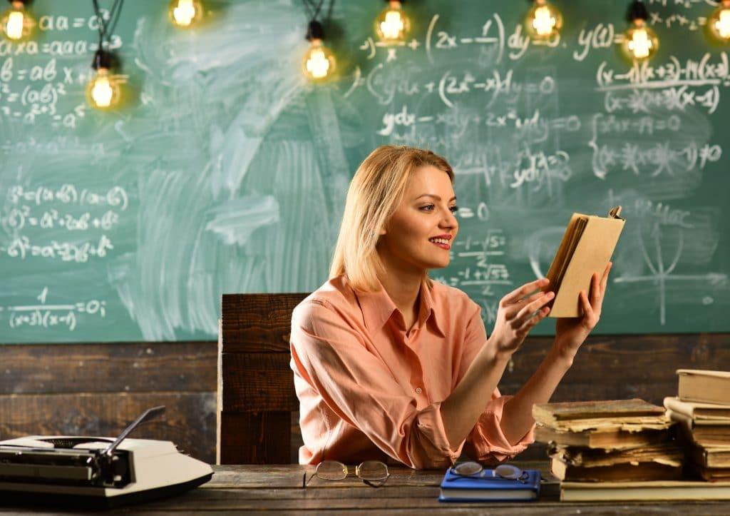 Professora lendo livro.