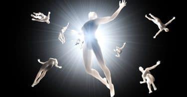 Montagem de corpos nus flutuando no vazio preto, com uma luz branca no centro.