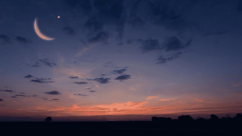 Lua crescente no céu noturno