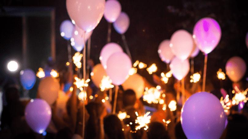 Festa com balões rosa e fogos de artifício