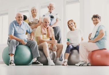 Grupo de pessoas da terceira idade praticando exercício físico