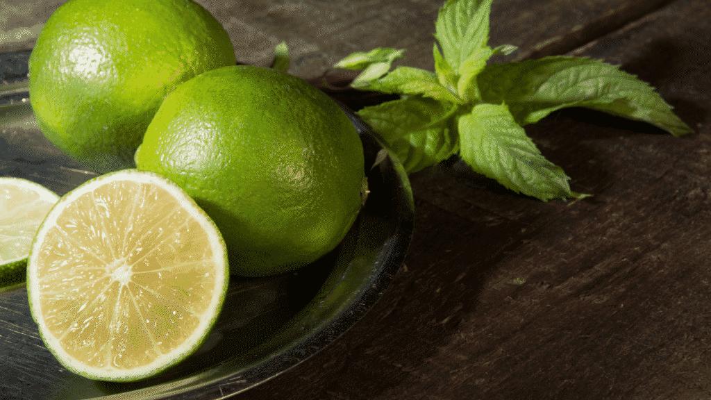 Limões cortados na tábua de madeira