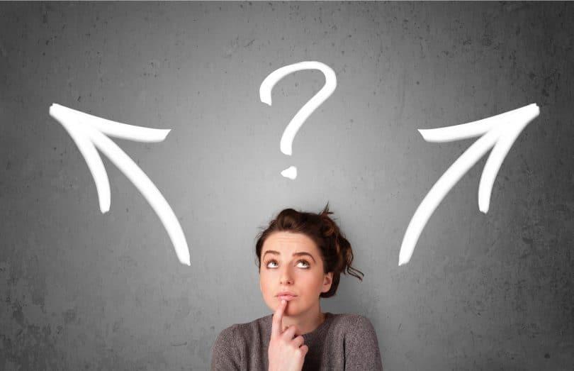 Mulher pensativa tomando decisões
