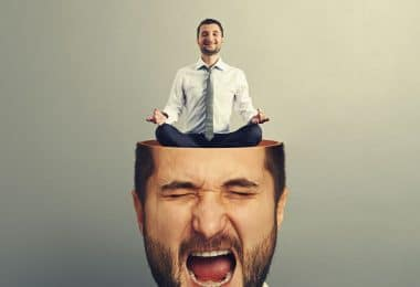 Homem com os olhos fechados e boca aberta como se estivesse gritando. O topo de sua cabeça está cortado, e dentro dela existe uma versão do mesmo homem em miniatura, sentado com as pernas cruzadas e meditando.