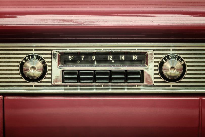 Imagem retrô de um rádio de carro antigo.