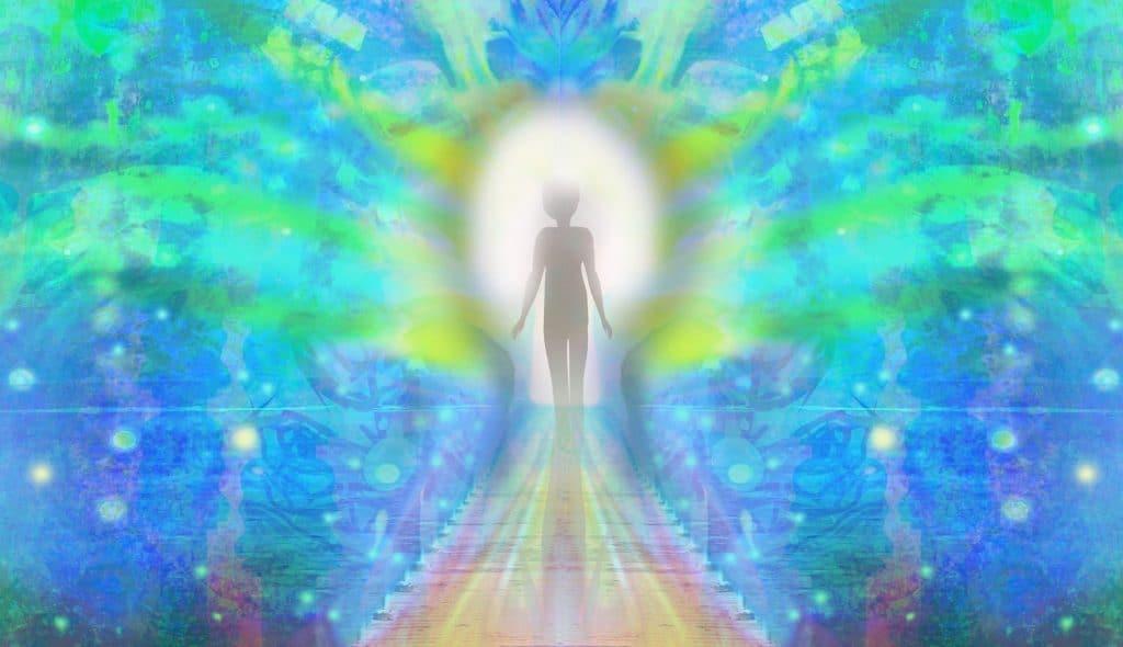 Silhueta de pessoa andando em direção a um círculo branco no centro da imagem. Ao redor, luzes azuis e verdes.