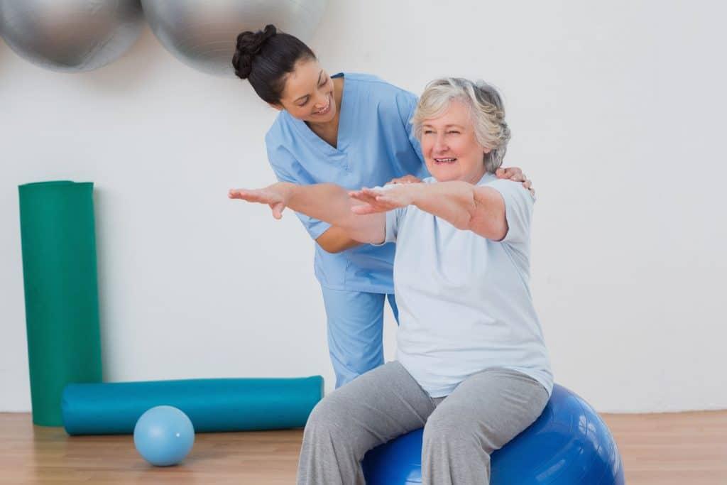 Senhora fazendo ginastica com instrutora