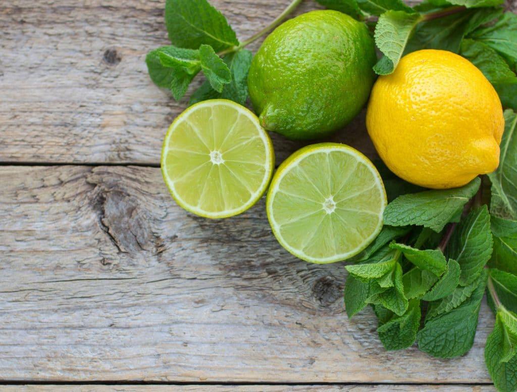 Limões verdes e um amarelo.