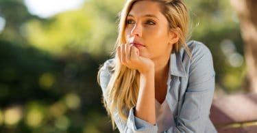 Mulher pensativa olhando para o lado
