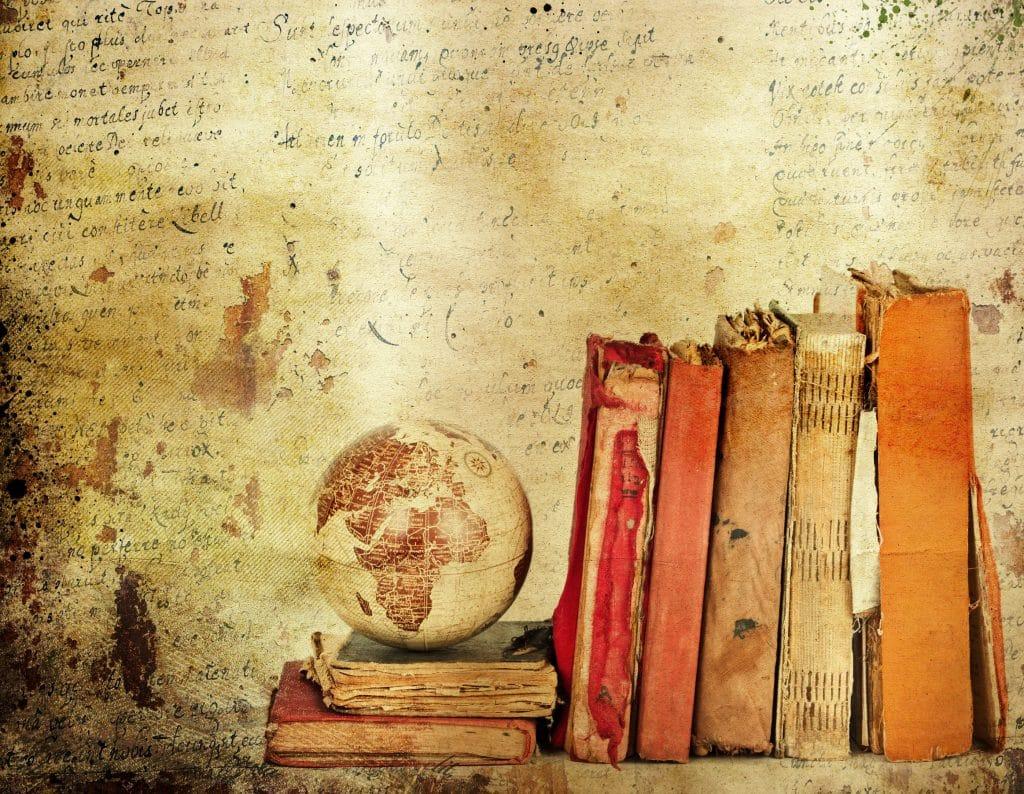 Livros antigos em prateleira.