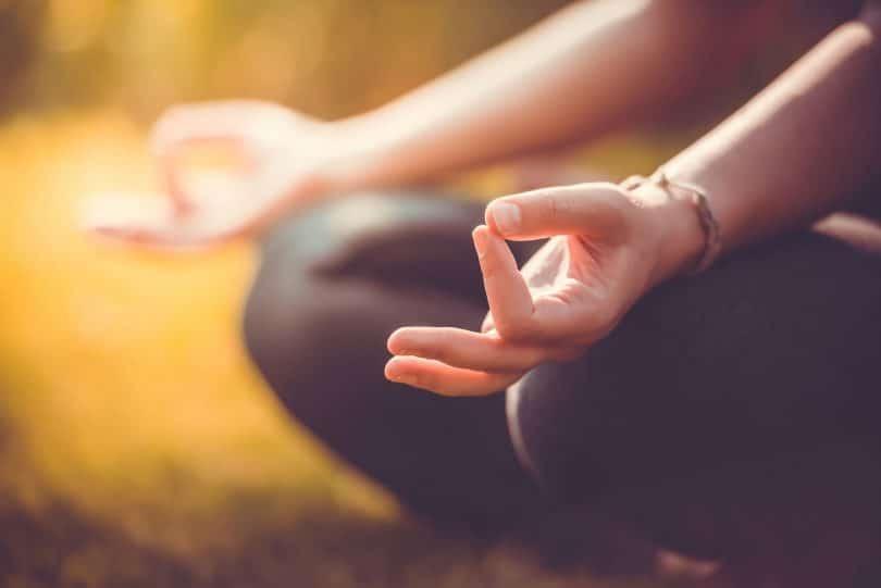 Mulher meditando em um parque
