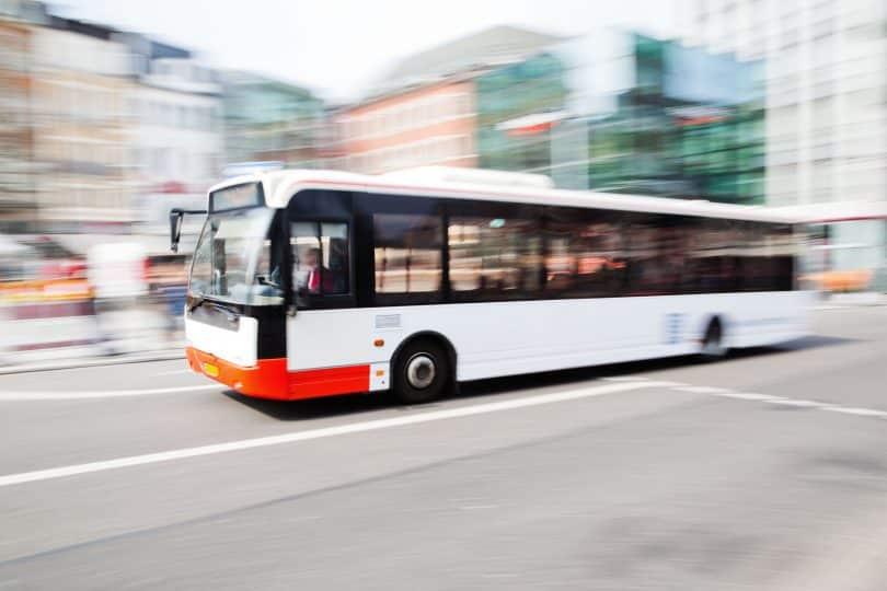 Ônibus urbano em movimento.